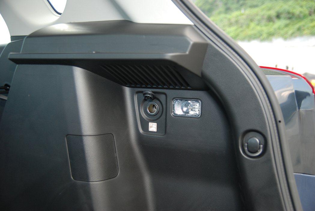 後車廂側邊的 12V 點菸器電源插座與掛勾提升戶外出遊的便利性。 記者林鼎智/攝...