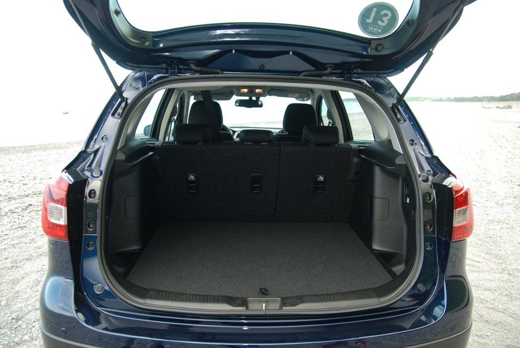Suzuki New SX4 在後排座椅未傾倒的狀況下便有 430 公升的表現。 記者林鼎智/攝影