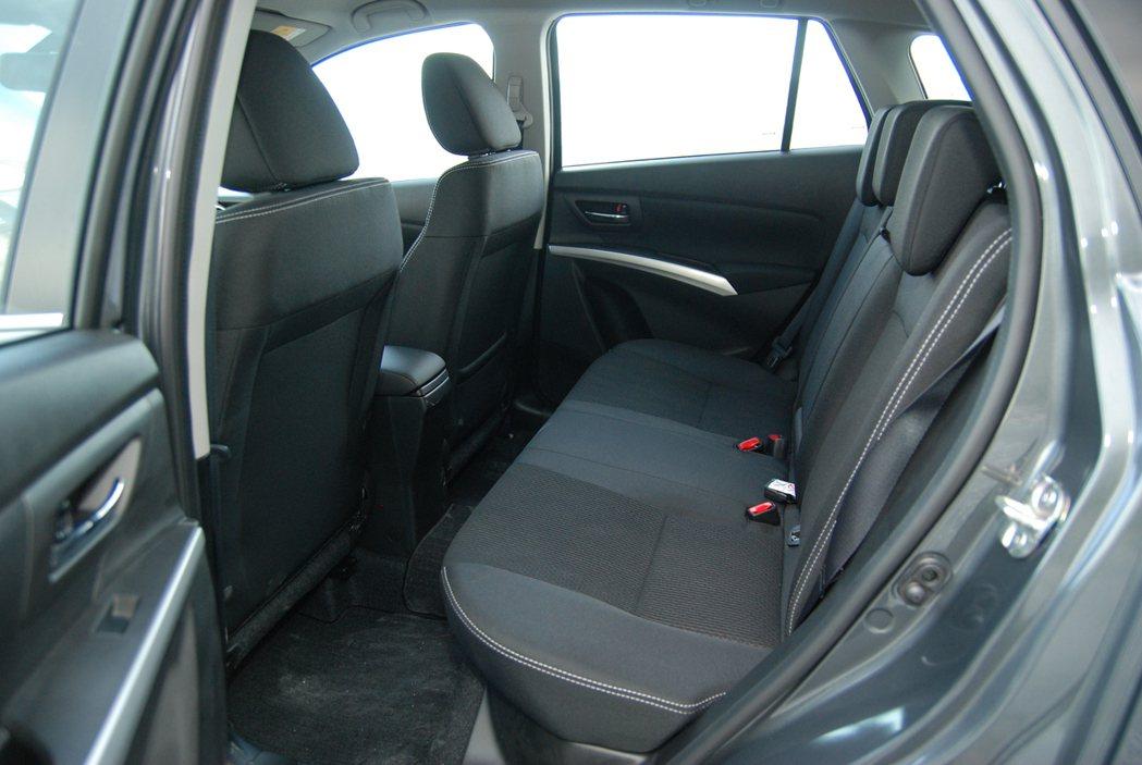 後座座椅泡棉設定適中,雖椅背有些挺直但不至於讓腰部懸空。 記者林鼎智/攝影