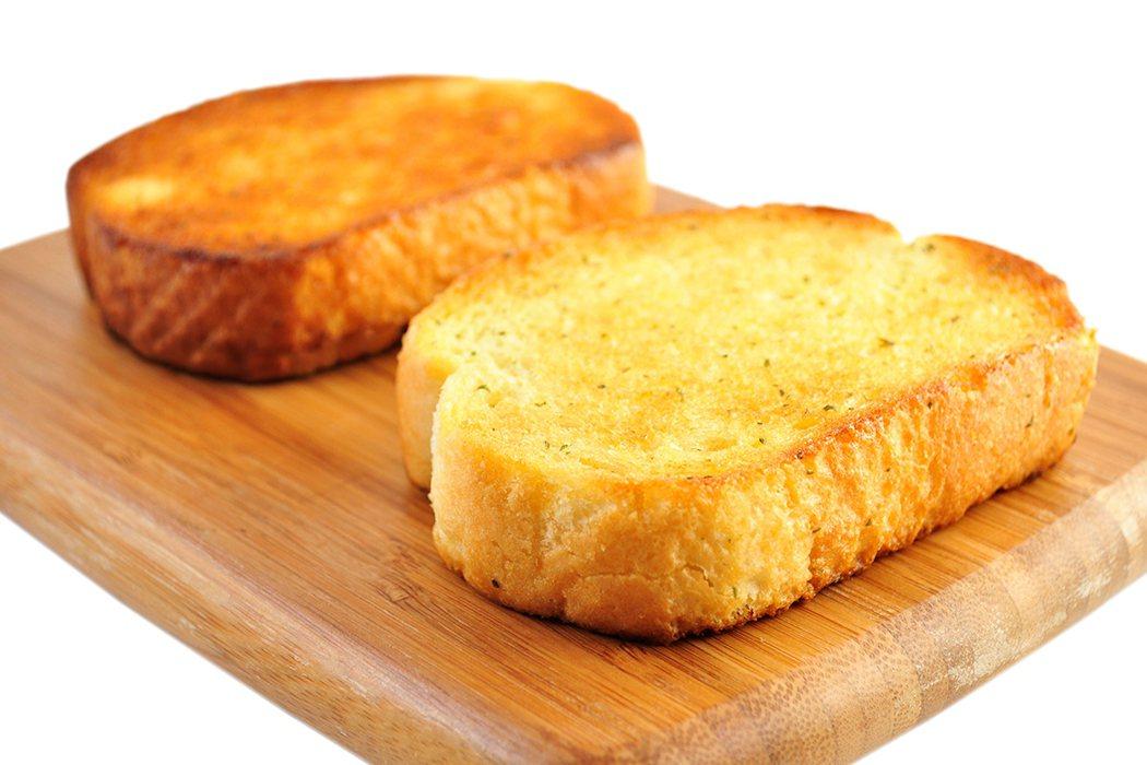 大人小孩喜歡吃的麵包,都需要經過褐化反應,它讓加了雞蛋的平凡無奇麵糰,在放入烤箱...