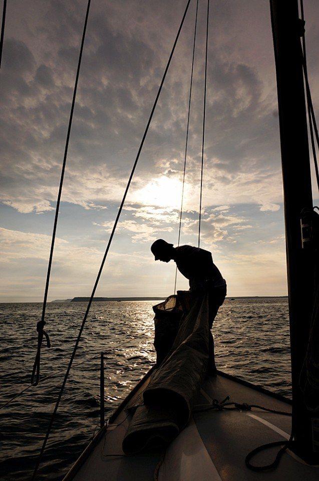 船長松柏準備升帆。(林郁姍/攝)