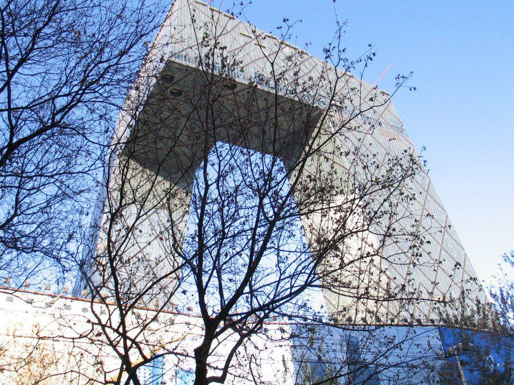 被稱為「大褲叉」的北京中央電視台,是大陸前衛建築的代表。記者陳宛茜/攝影