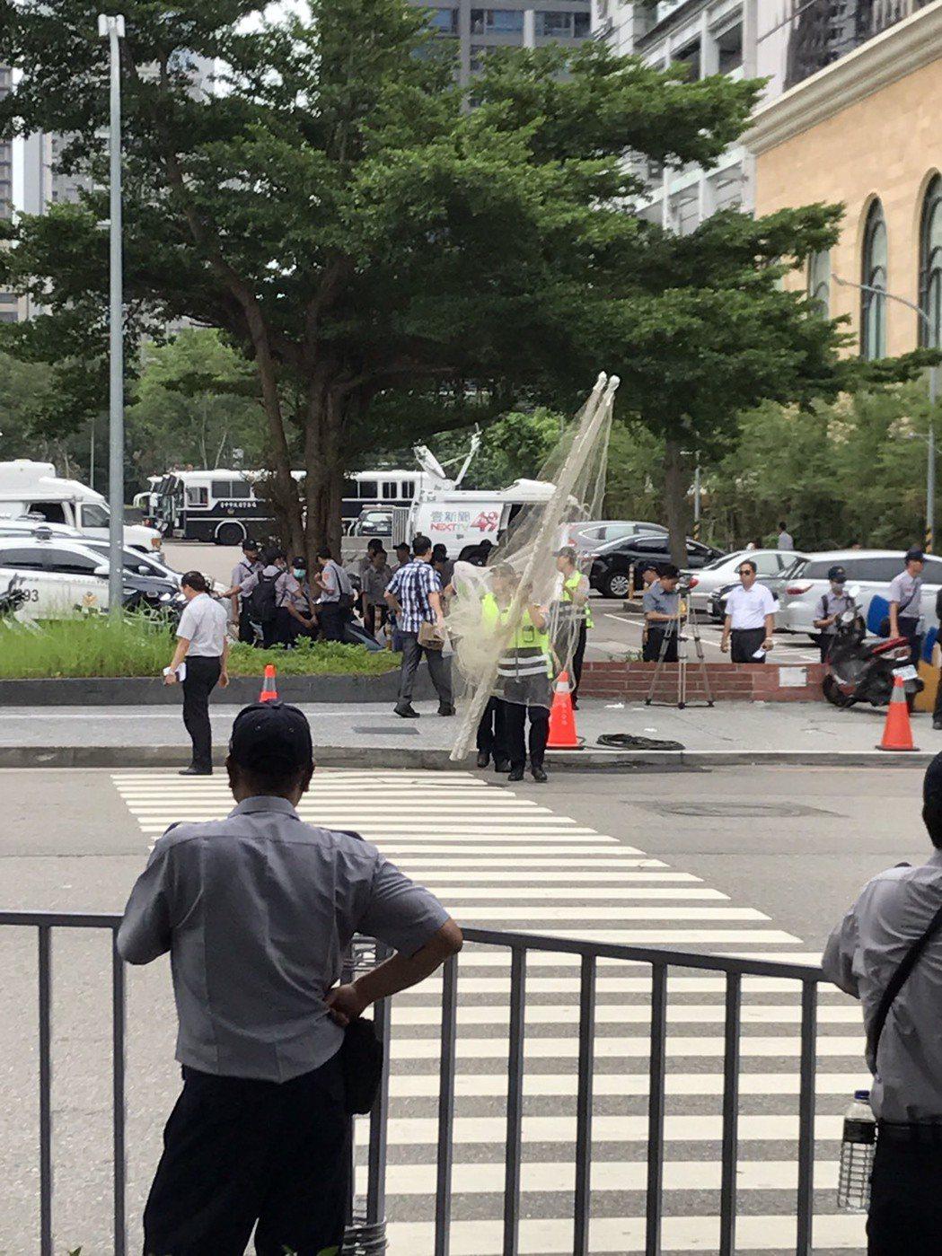 台中市警局因應總統蔡英文參與亞洲商總年會開幕,出動400名警力因應,警方也出動攔...
