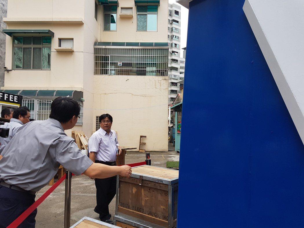 台南市副秘書長吳欣修(中)上午到衛民街現勘大型扭蛋。 記者修瑞瑩/攝影