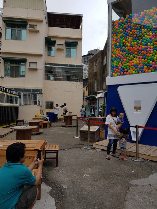 台南市的大型扭蛋機吸引人潮,上午雖然沒有營業,仍吸引許多人前往拍照。 記者修瑞瑩...