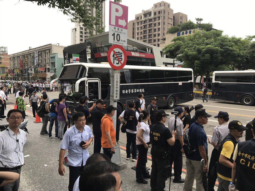 台中市警局擔心情況失控,以保四總隊的大型車輛阻絕道路因應。記者陳宏睿/攝影