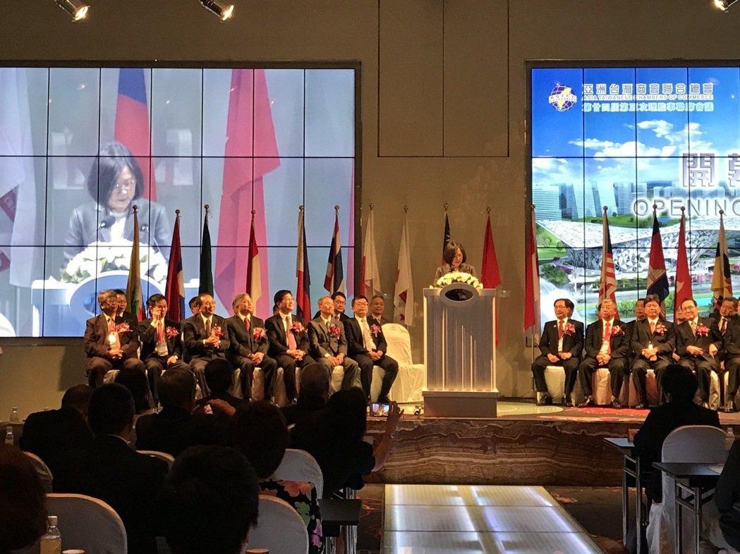 總統蔡英文今早出席亞洲台商會,停留約10分鐘,致詞拍照後就離開。記者洪敬浤/攝影