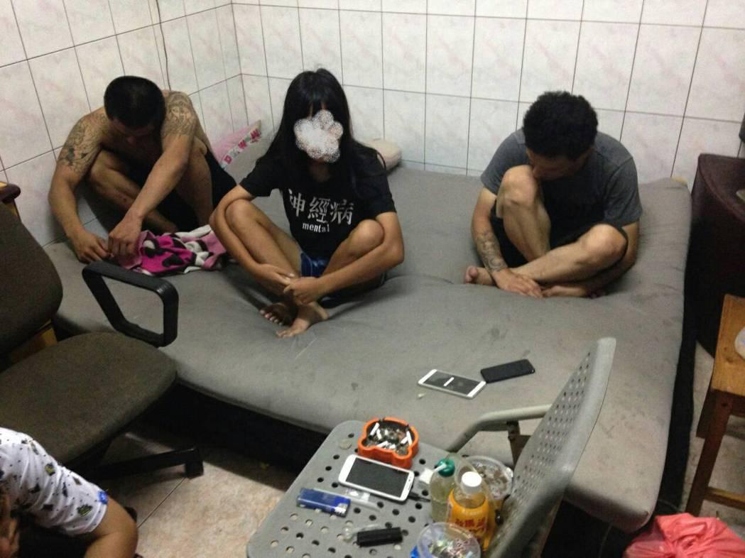 失蹤少女小柔(中)被警方查獲染毒法辦。記者黃宣翰/翻攝