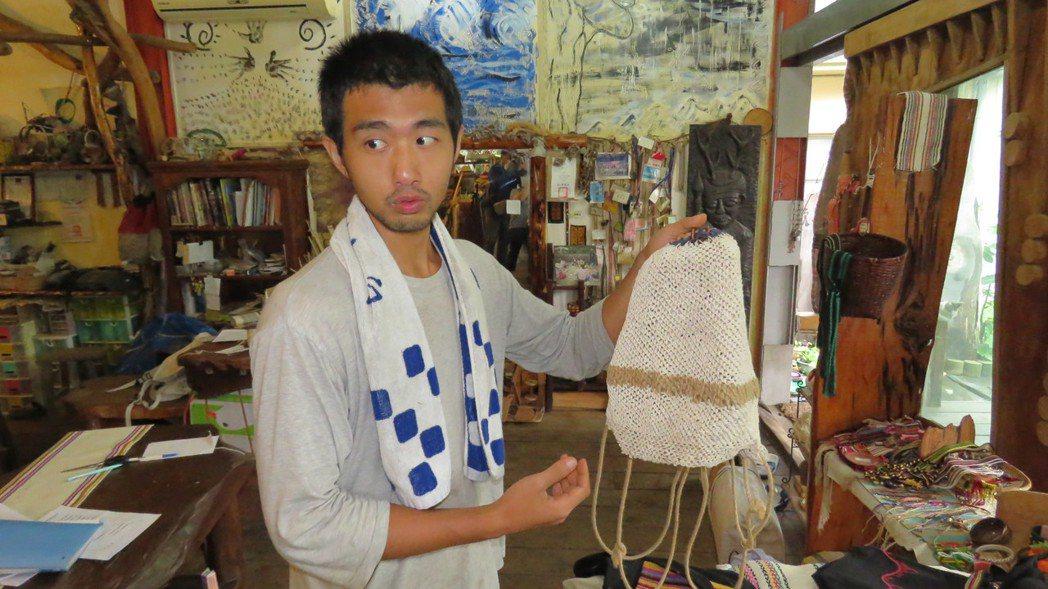 凃建廷服完替代役後,留在台東延平鄉學習布農編織技術。記者潘俊偉/攝影
