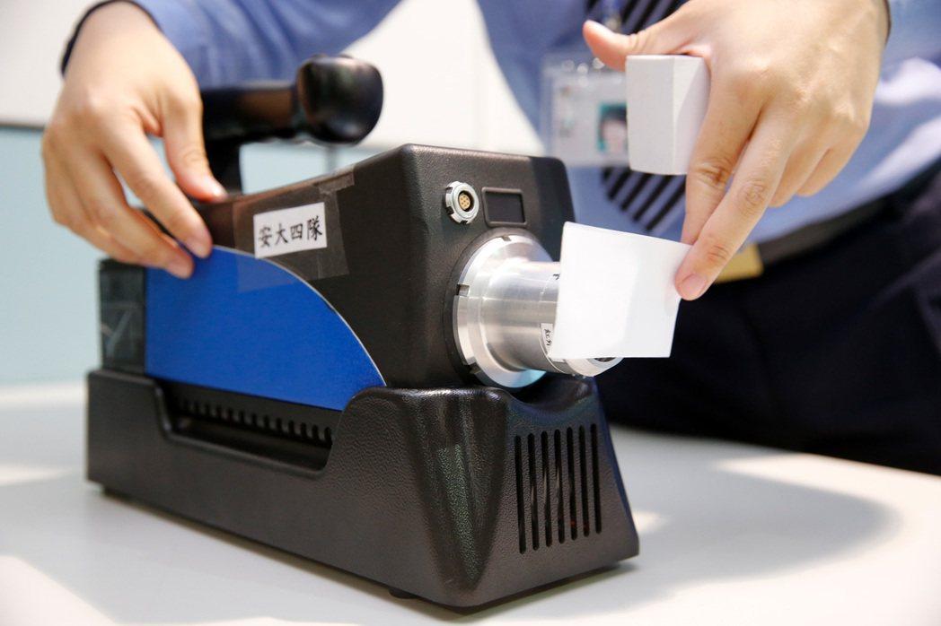 航警局以「嗅覺式爆裂物偵測儀」針對旅客的隨身電子產品立刻檢測。記者鄭超文/攝影
