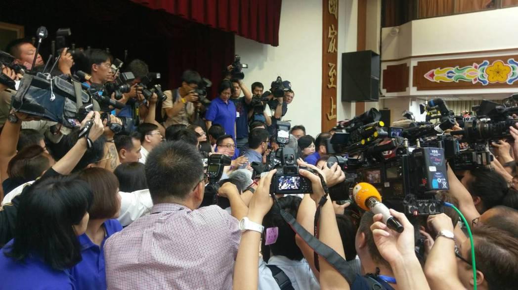 藍委們趁召委王榮璋宣布休息離開主席台時一擁而上,企圖占領主席台杯葛議事。