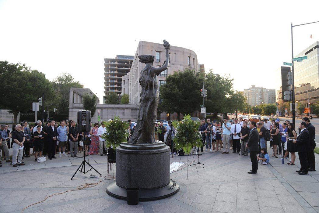 大華府公祭劉曉波活動在華盛頓共產主義受難者紀念碑前舉行,公祭以默哀開場,現場數十...