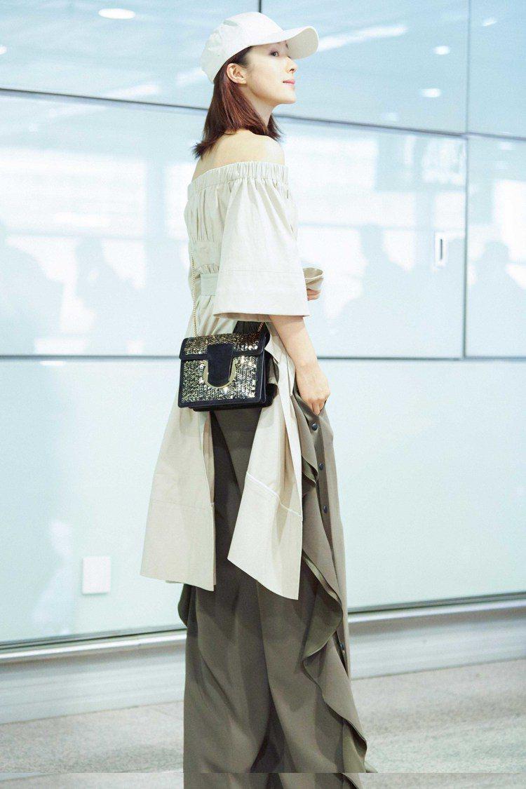 江一燕肩背THALIA金色刺繡鍊帶包。圖/Ferragamo提供