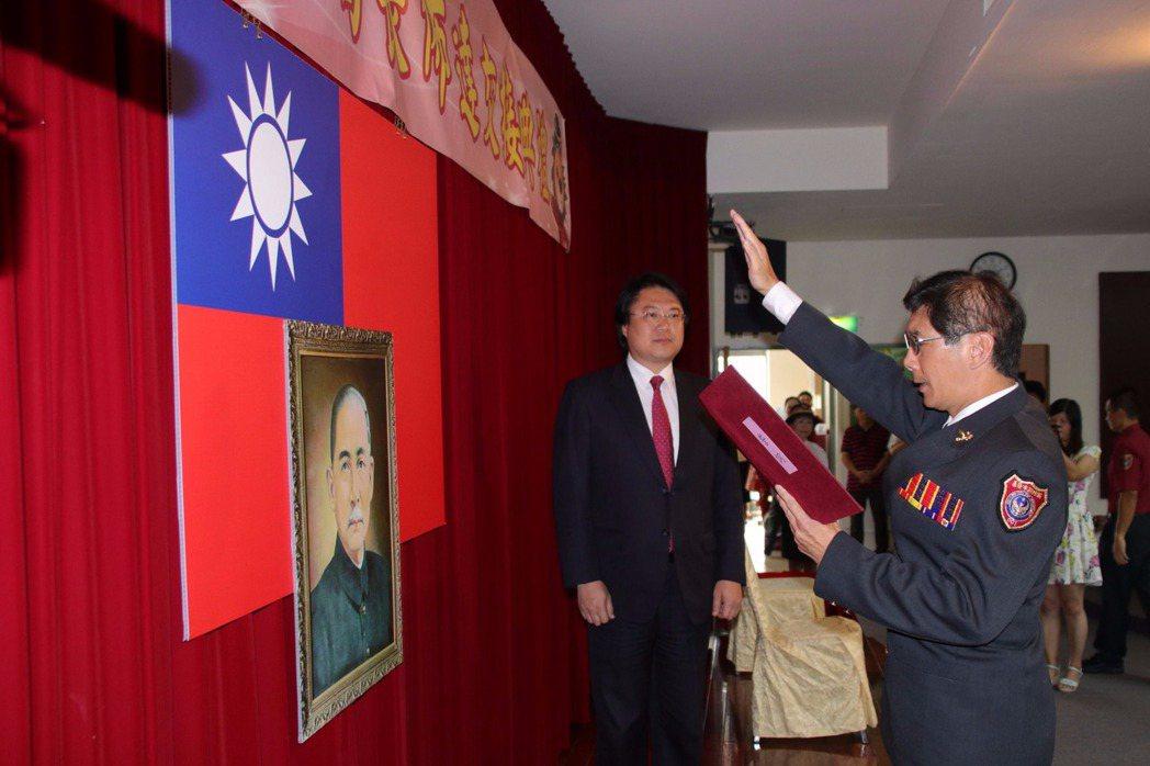 陳龍輝(右)宣讀誓詞,市長林右昌(左)擔任見證人。記者曾健祐/攝影