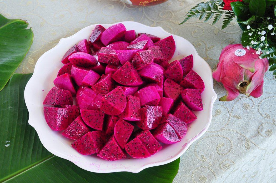 火龍果紅肉種口感細軟多汁,且甜度較高,略帶香氣,並含有豐富的甜菜苷色素(甜菜紅素...