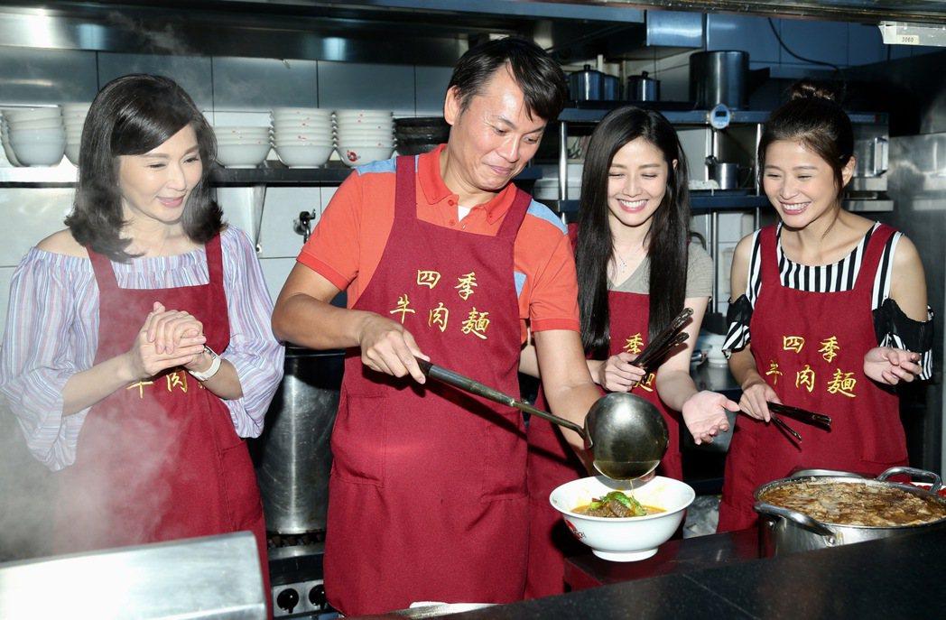 三立八點台劇「一家人」張玉嬿(左起)、陳霆、韓瑜、李燕一家人擔任一日店長,免費送...