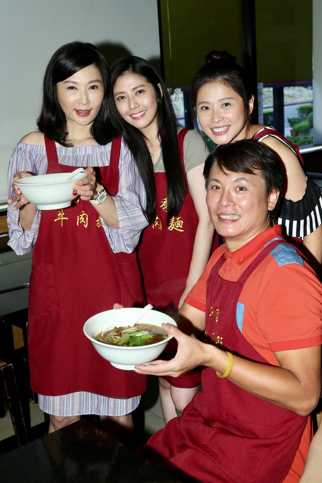 三立八點台劇「一家人」張玉嬿(左)、陳霆(前)、韓瑜(中)、李燕(右)擔任一日店...
