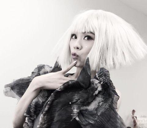 蔡健雅正在跑「列穆尼亞」巡迴演唱會,同時準備年底新專輯,此時釋出搭配電影「悟空傳」的新歌「紫」,詞曲創作與製作大權旁落、還唱中國風,都是她的第一次。蔡健雅自己是創作人,難得演唱別人的詞曲,還是日本人...