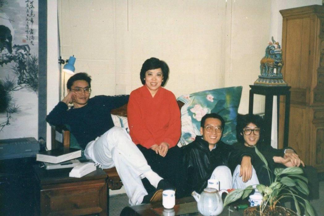 施文彬的母親裴深言(左二)曾將房子租給大陸詩人貝嶺(右一),他因此認識劉曉波(右