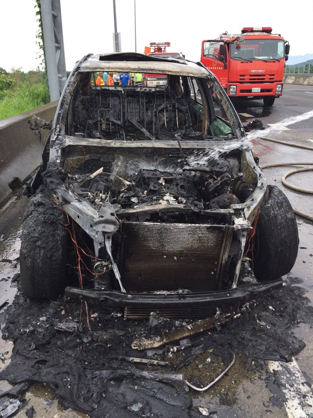 國道3號白河段火燒車,車子燒得面目全非。記者吳政修/翻攝