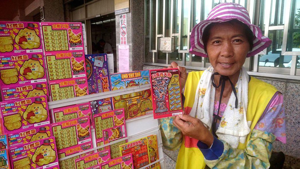 王鳳珠擺攤賣刮刮樂16年,終於有人刮中兩百萬元。記者周宗禎/攝影