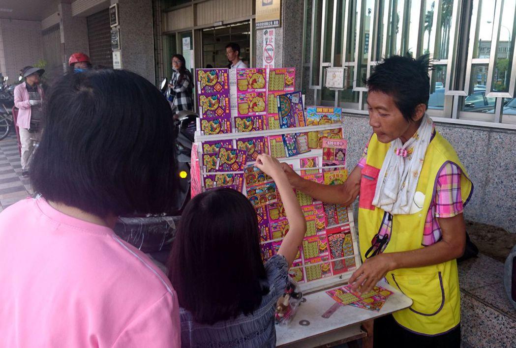 王鳳珠的刮刮樂攤子常有親子與學生來捧場。記者周宗禎/攝影