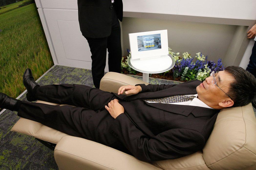 桃機第二航廈D區的「智慧光環境體驗區」下午啟用典禮,第二區是「短憩休息區」,位於...
