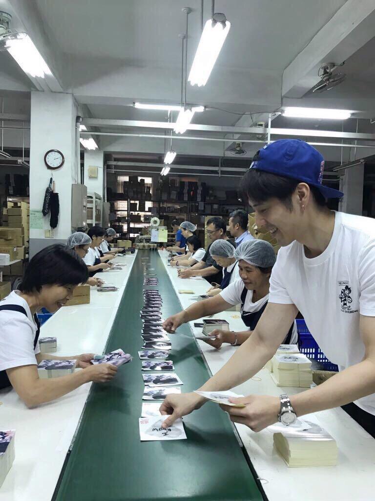 胡宇威(右)親自到工廠參與EP包裝。圖/寶麗來國際娛樂提供