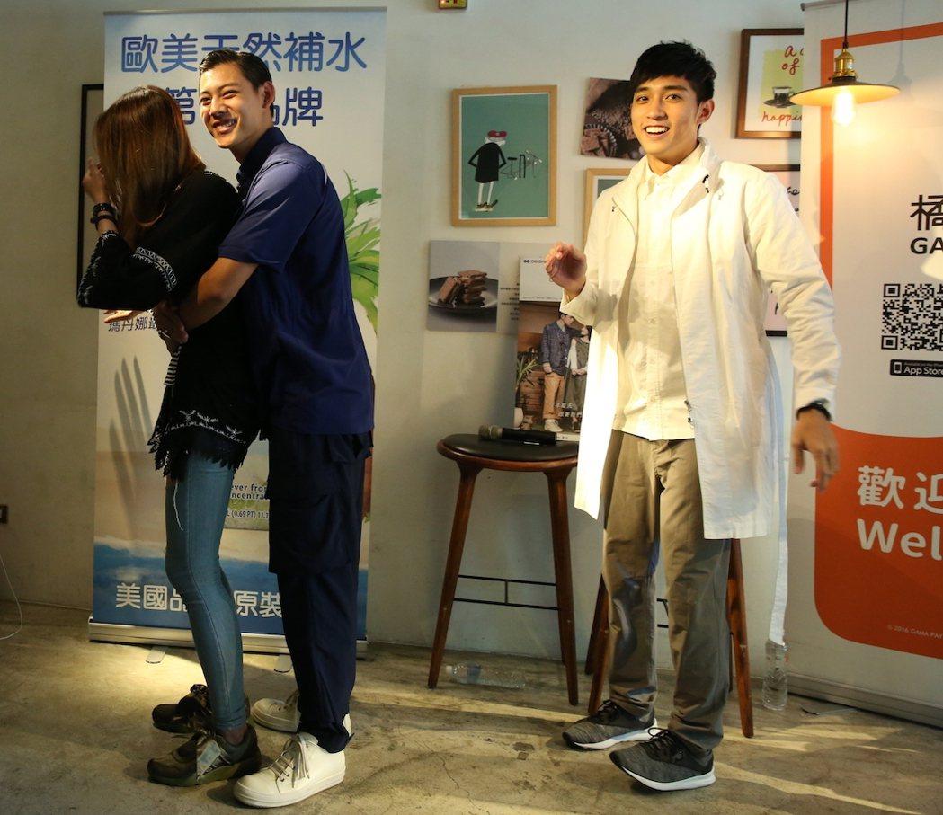 徐韜(右起)、各務孝太與粉絲互動。圖/酷瞧提供