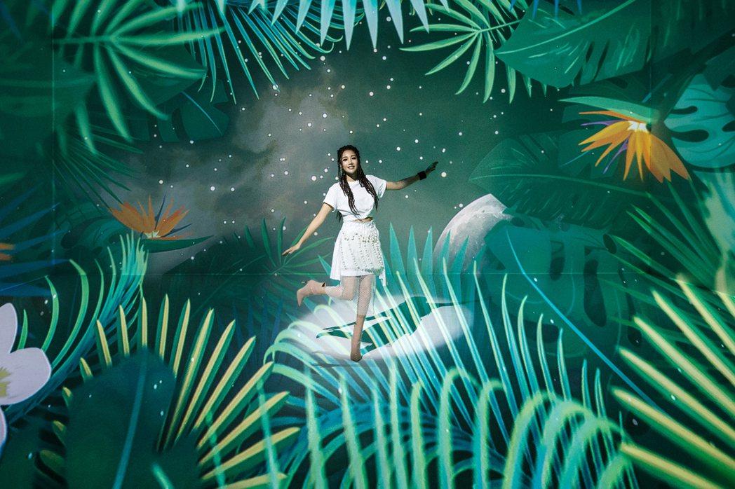 A-Lin真「一直走」MV,從日常出發,一路走進魔幻森林、3分鐘換12個場景。圖
