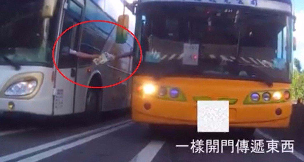 2輛遊覽車在瑞芳匝道口,各自開窗、開門傳遞東西。圖/翻攝自臉書爆廢公社