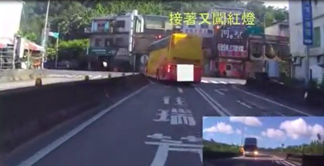 遊覽車下瑞芳匝道口直接闖紅燈左轉。圖/翻攝自臉書爆廢公社