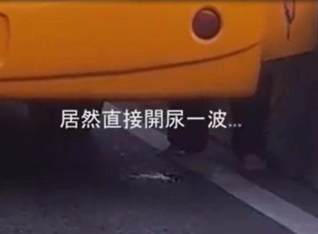 警方說,司機在快速道路小便,可移請環保局做裁罰。圖/翻攝自臉書爆廢公社