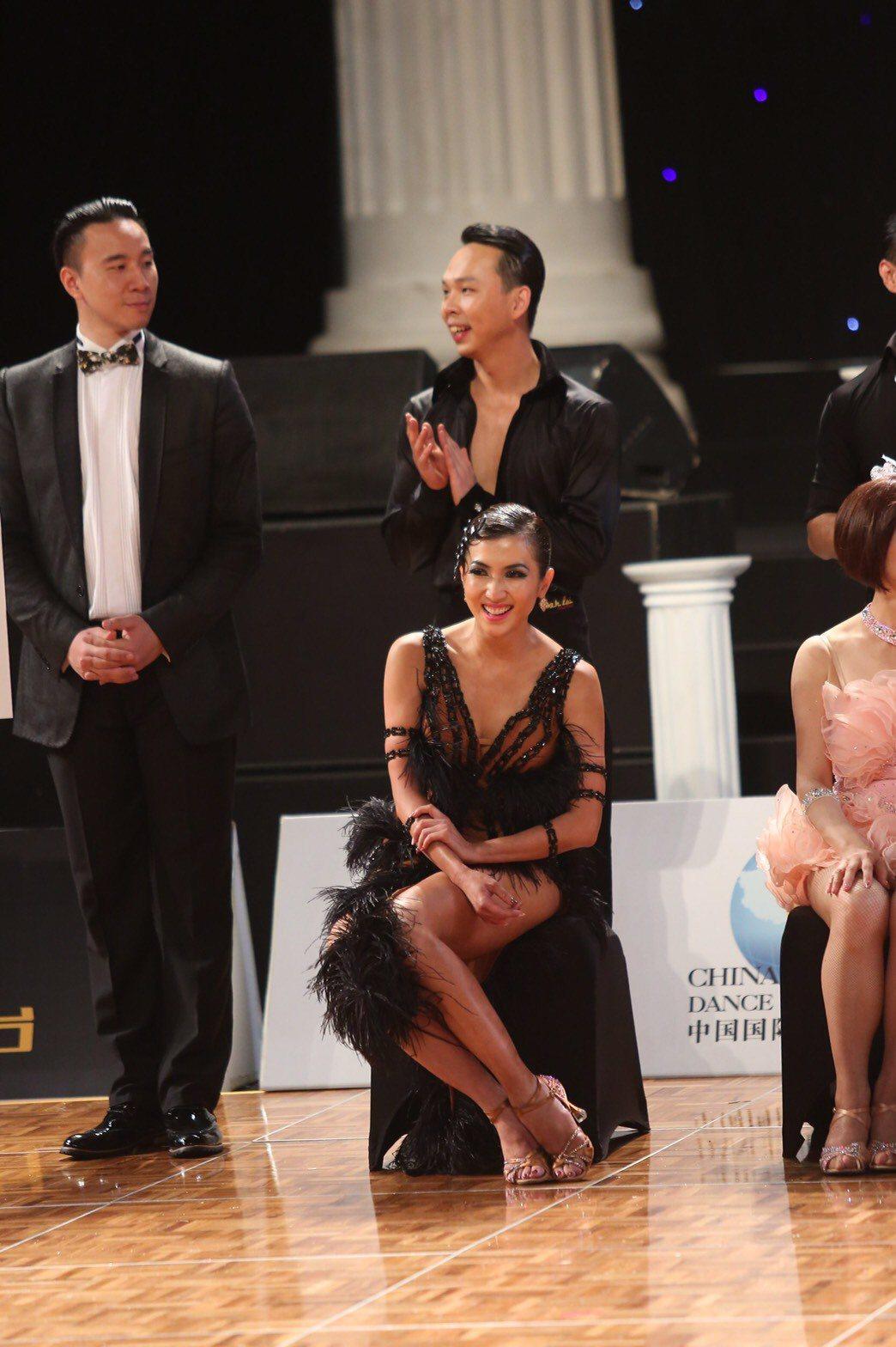 廖家儀(中)參加國標舞比賽。圖/民視提供