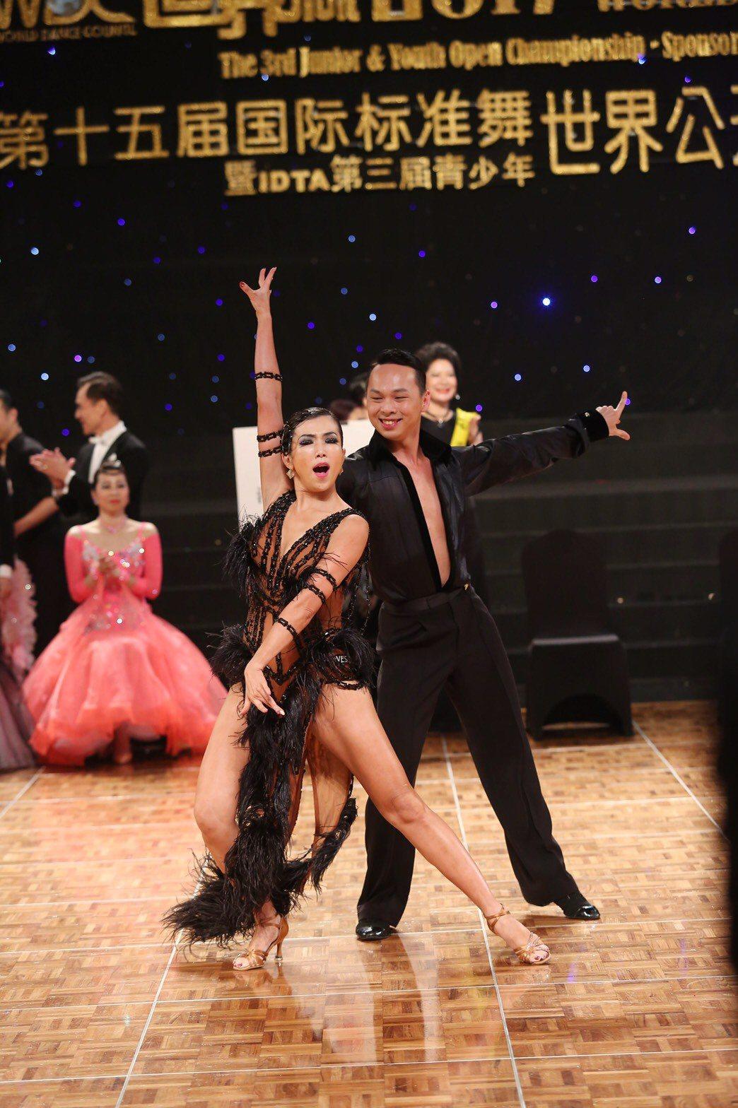 廖家儀(左)參加國標舞比賽。圖/民視提供