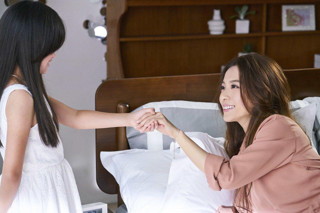 微電影以小時候的田馥甄和自己的對話為開頭,以「親愛的,妳願意成為現在的自己嗎?」...