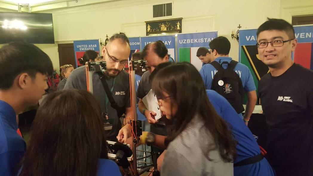選手向評審解釋作品。圖/台灣隊提供