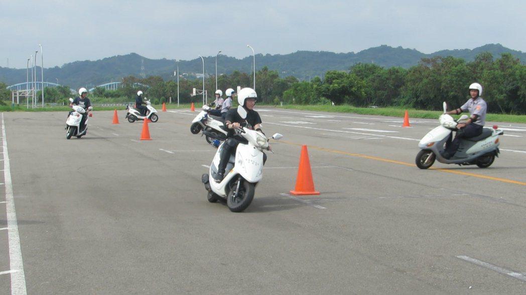 苗栗縣警局今天啟動員警安全駕駛訓練,希望減少執勤撞車意外。記者范榮達/攝影