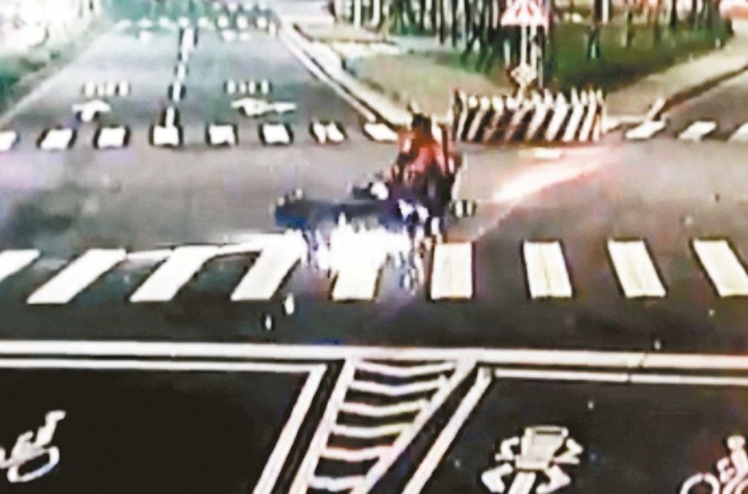 余男酒駕貿然往右切與陳姓騎士發生碰撞,2車倒地往前滑,在柏油路刮出火花。圖/本報...