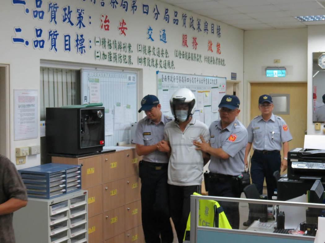 開車衝撞妻子與律師的洪當興(左二),晚間依殺人罪嫌移送法辦。記者周宗禎/攝影