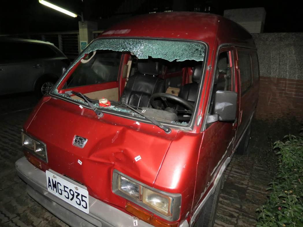 洪當興開箱型車衝撞妻子與律師,撞擊力道之大,整個擋風玻璃都碎裂。記者周宗禎/攝影