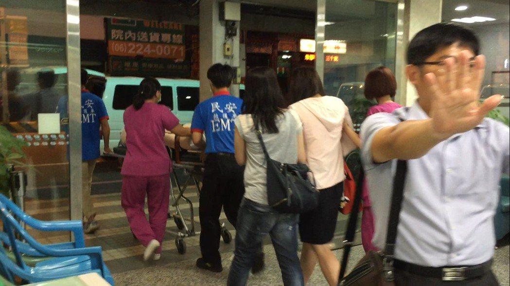 黃政雄妻子(著粉紅衣者)昨晚抵達郭綜合醫院,一下計程車就痛哭失聲,晚上9點40多...