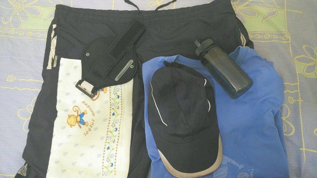 開跑前,透氣跟淺色的排汗衫搭配寬鬆球褲是我跑步穿衣的基本法則(圖),然後佩戴一頂...