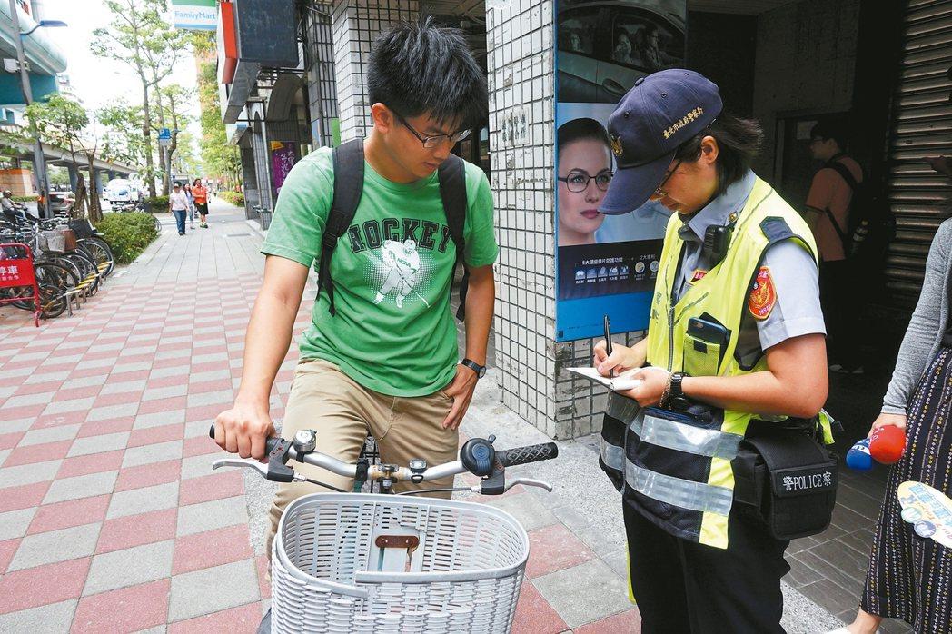 台北市擴大取締自行車違規騎上人行道、騎樓,首日開出69張罰單、224件勸導單。 ...