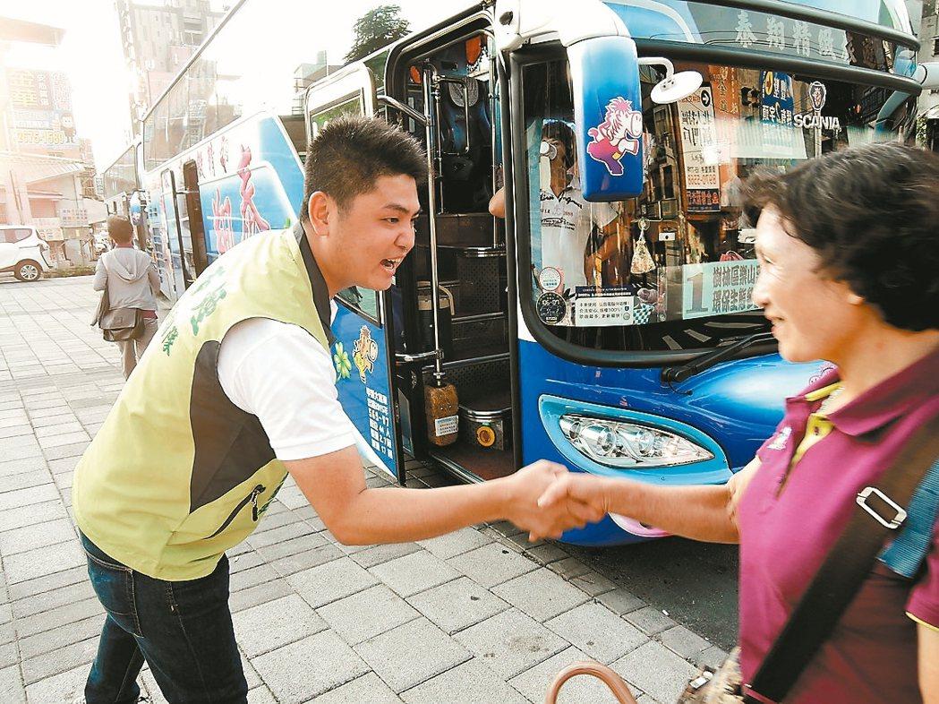 新北市議員廖本煙的兒子廖宜琨,3年來幾乎每天第一個行程就是清晨「送車」,和阿公、...