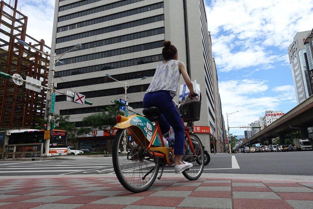 自行車違規行駛人行道、騎樓,台北市擴大取締。 記者邱瓊玉/攝影