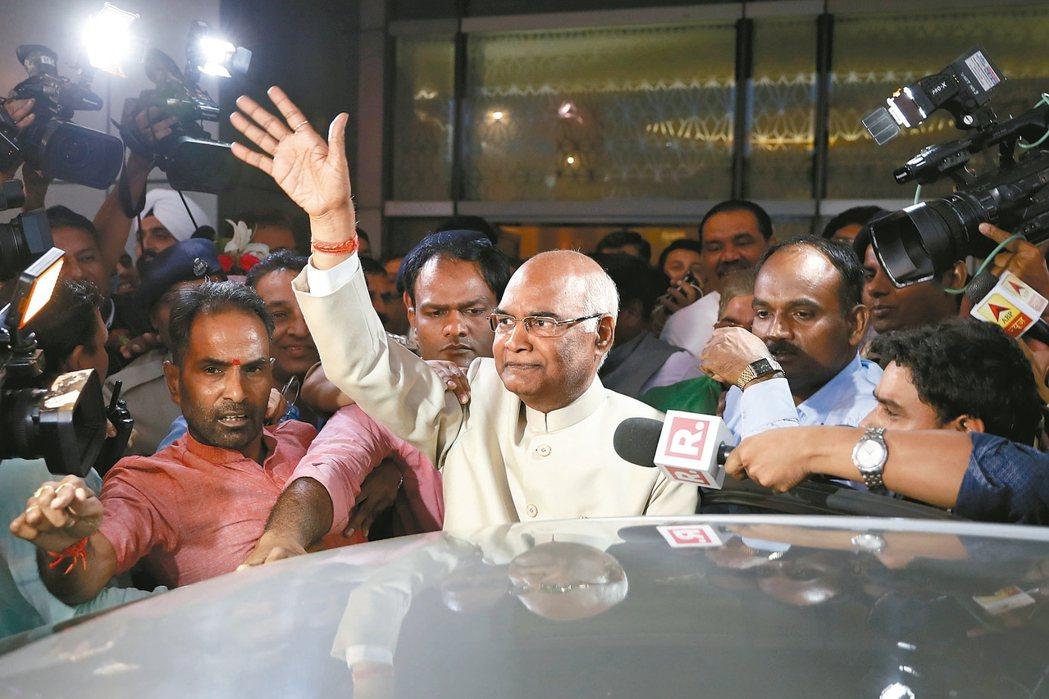 可望當選印度新任總統的柯文德(中)。 美聯社