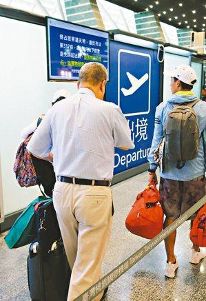 退休軍公教明年起退休俸改月領,若要出國,出境前須報備,引發爭議。 記者鄭超文/攝...