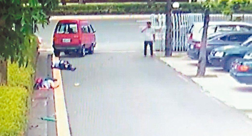 洪當興涉嫌行凶後,走出駕駛座打電話。 記者周宗禎/翻攝