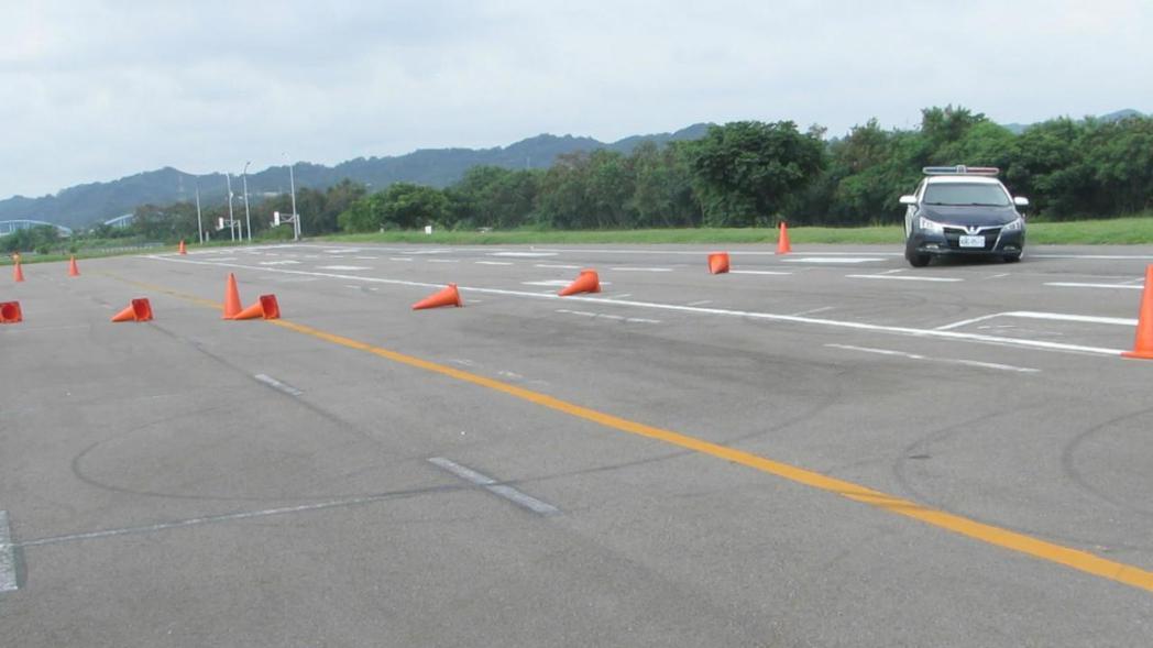 新竹安全駕駛教育中心示範轉彎速度過快,車子脫離車道狀況,建議不要過度依賴ABS、...